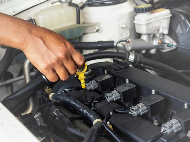 Técnico de trabajo en auto servicio de auto.