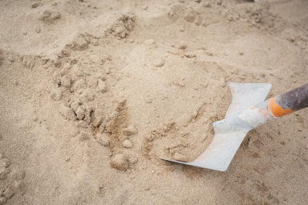 Los técnicos de construcción están mezclando cemento, piedra, arena para la construcción.
