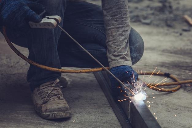 Técnicos de construcción están soldando acero.