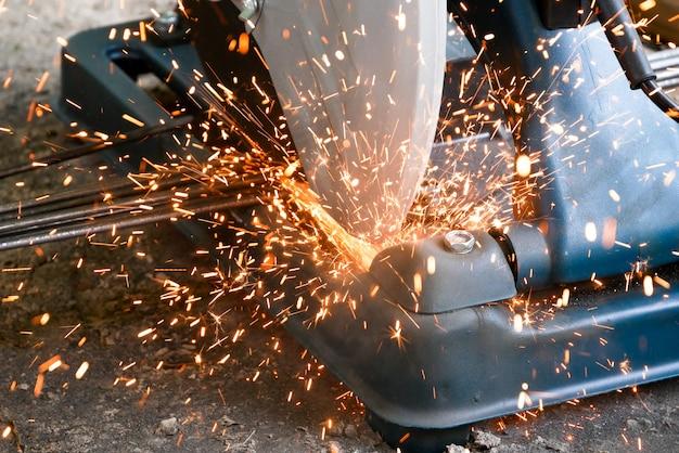 Los técnicos están utilizando herramientas de plataforma de corte de fibra para cortar acero para la construcción. industria en concepto de emplazamiento de la obra