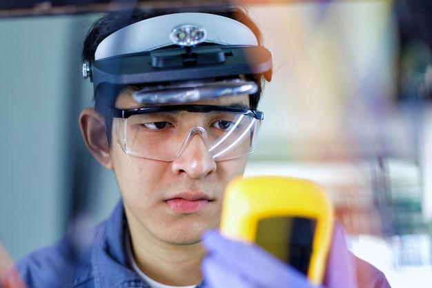 Técnicos reparan equipos eléctricos
