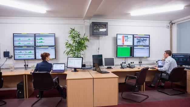 Técnicos sentados en la oficina ejecutando diagnósticos