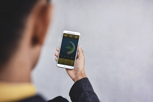 Tecnología en el concepto de marketing de finanzas y negocios. gráficos y tablas se muestran en la pantalla del teléfono inteligente.