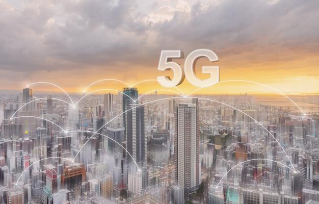 Tecnología de conexión de red en la ciudad, con 5g de conexión a internet.