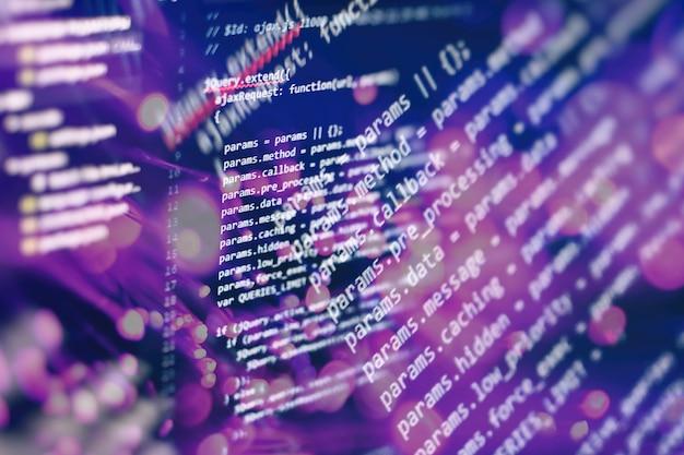 Tecnología digital en exhibición. html5 en editor para desarrollo de sitios web. código html del sitio web en la foto en primer plano de la pantalla del portátil.