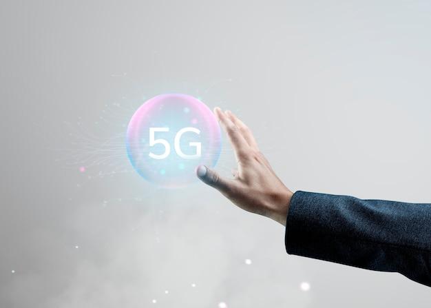 Tecnología digital inteligente de mano con holograma ai.