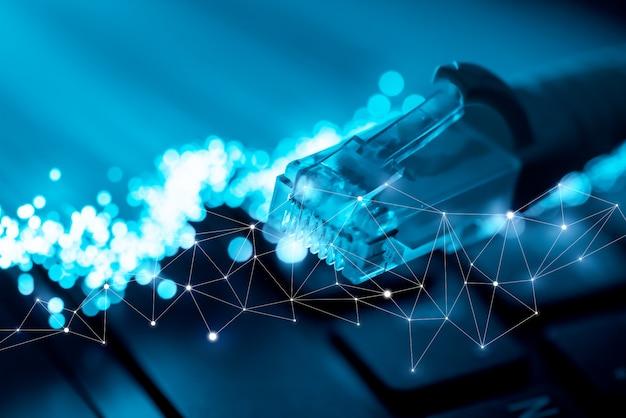 Tecnología global y el icono de red en el teclado de la computadora