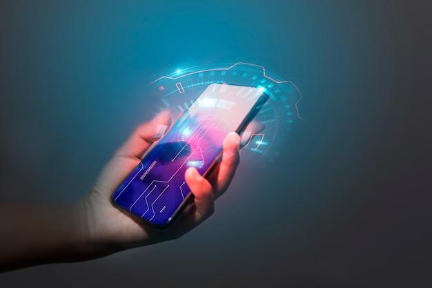 Tecnología de mano de hombre de negocios con medios digitales y sociales