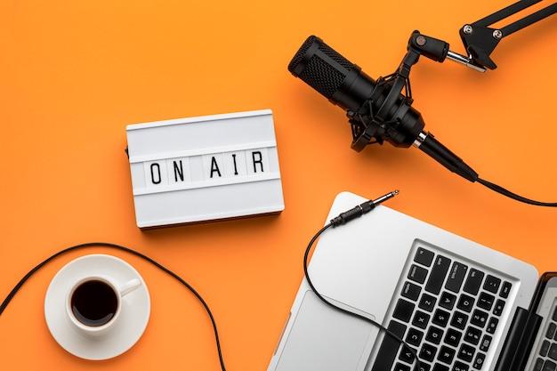 Tecnología matutina en transmisión de radio por aire y café.