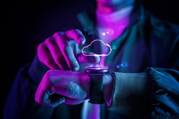 Tecnología en la nube con holograma futurista en reloj inteligente.