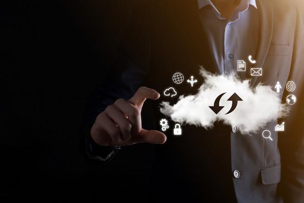 Tecnología en la nube. signo de almacenamiento en la nube con dos flechas hacia arriba y hacia abajo en la oscuridad. computación en la nube, big data