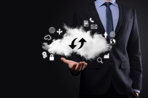 Tecnología en la nube. signo de almacenamiento en la nube con dos flechas hacia arriba y hacia abajo en la oscuridad. computación en la nube, gran centro de datos, infraestructura futura, concepto de ai digital. símbolo de alojamiento virtual.