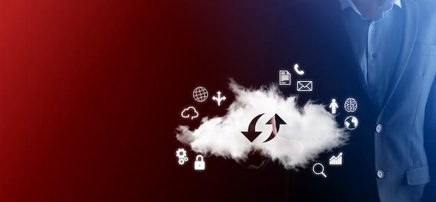 Tecnología en la nube. signo de almacenamiento en la nube con dos flechas hacia arriba y hacia abajo en la oscuridad