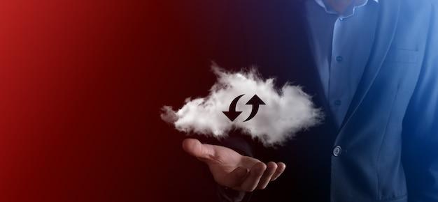Tecnología en la nube. signo de almacenamiento en la nube de estructura metálica poligonal con dos flechas hacia arriba y hacia abajo en la oscuridad. computación en la nube, gran centro de datos, infraestructura futura, concepto de ai digital. símbolo de alojamiento virtual.