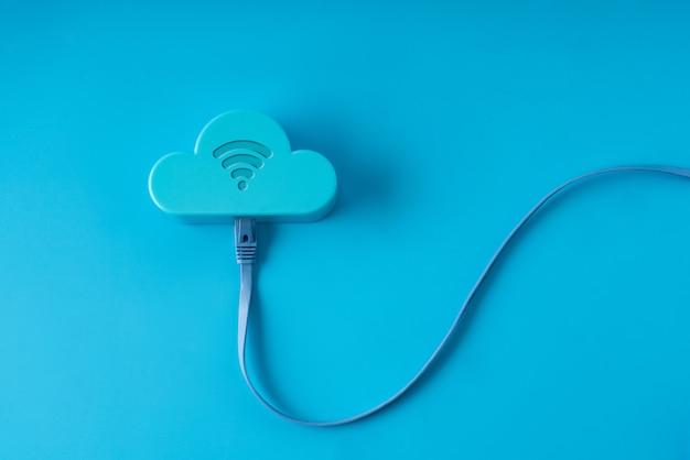 Tecnología en la nube sobre fondo colorido y creativo para el concepto de negocio global