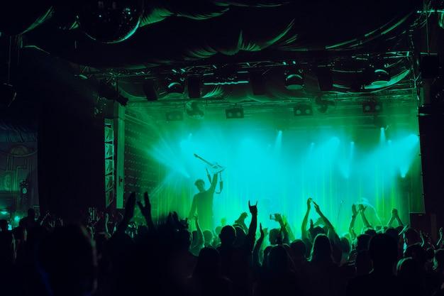 Tecnología de ondas de sonido animando a la multitud en el concierto multimedia remezclada