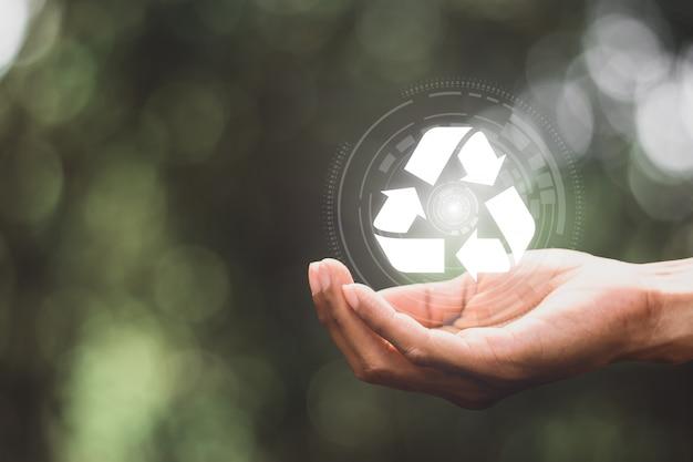 Tecnología de reciclaje digital en manos de hombres.