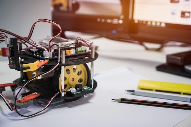 Tecnología robótica y concepto de clase de educación stem: robots bright led lights programas de aprendizaje