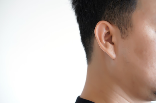 Tecnología de simulación de ondas de sonido de pérdida de audición de hombre joven