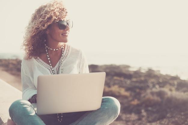 Tecnología y viajes. trabajando al aire libre. concepto de autónomo. bastante joven con playa portátil.