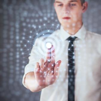 Tecnologías modernas, internet y red: el hombre presiona el botón en la pantalla virtual