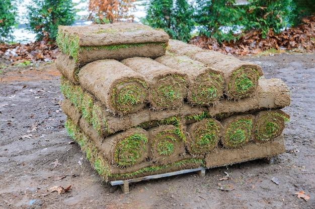 Las tecnologías modernas de plantación de césped en el diseño del paisaje en la hierba de rollo de palet cerrar