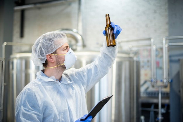 Tecnólogo comprobando la calidad de la cerveza en la cervecería