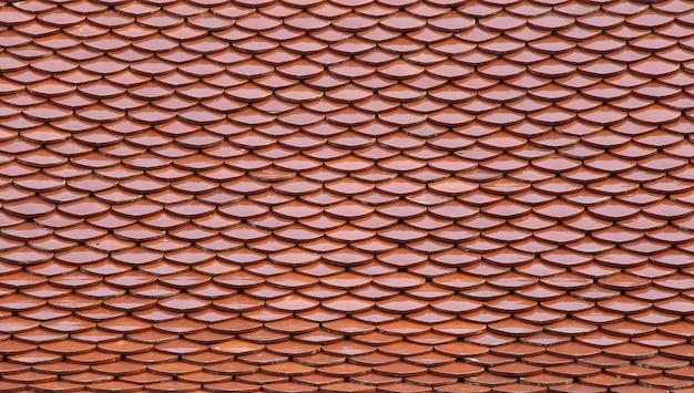 Tejado de tejas rojas en un templo