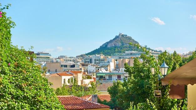 Los tejados del distrito de plaka y la colina lycabettus en atenas, grecia - paisaje panorámico