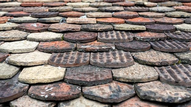 Tejas de cerámica en un techo viejo, ginebra, suiza.
