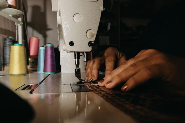 Tejer una alfombra en la máquina de coser.
