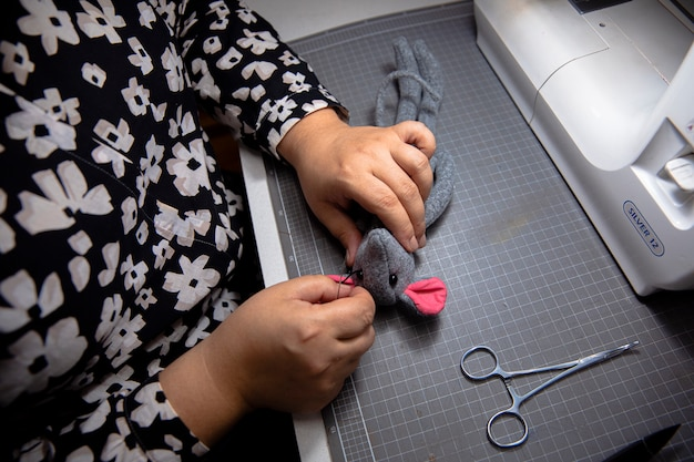 Tejer con la ayuda de la máquina de coser.