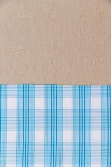 Tejido azul con estampado a cuadros en tela de saco liso