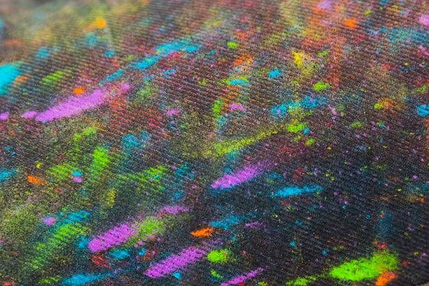 Tejido en pintura multicolor.