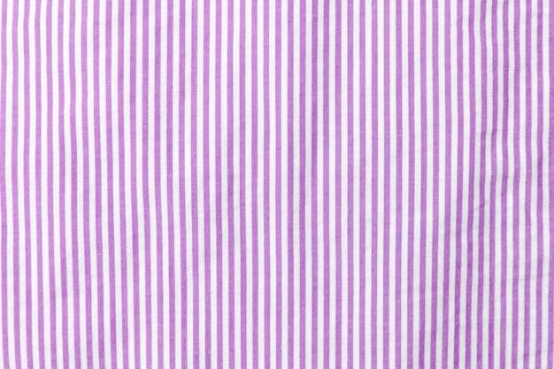 Tejido a rayas lilas y blancas.