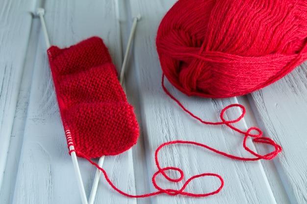 Tejido rojo y muestra de tejido