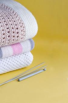 Tejidos a cuadros cálidos de color claro, ropa de cama.
