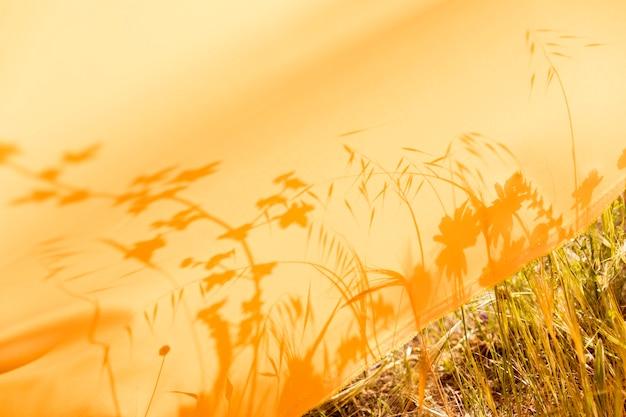 Tela amarilla en el campo
