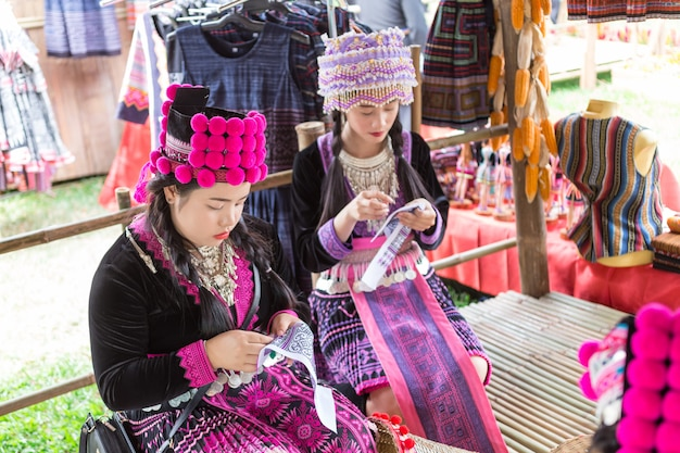 Tela de costura tradicional no identificada de theman weman (mhong girls) en bangkok, tailandia