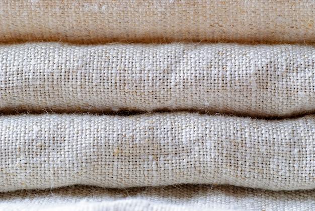 Tela de lino tejida cuidadosamente doblada en tono neutro