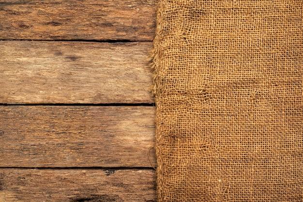 Tela de saco marrón sobre una mesa de madera.