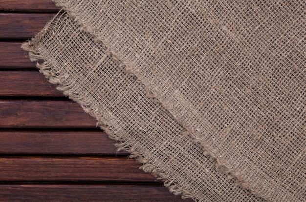 Tela de saco en la mesa de madera
