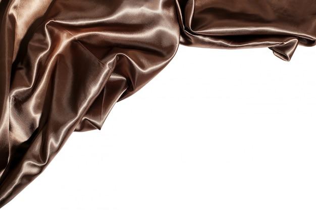 Tela de seda marrón sobre fondo blanco.