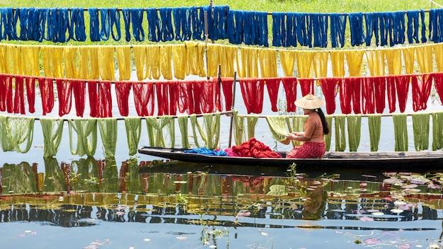 Telas de loto coloridas hechas a mano hechas de fibras de loto en el lago inle, estado de shan en myanmar.