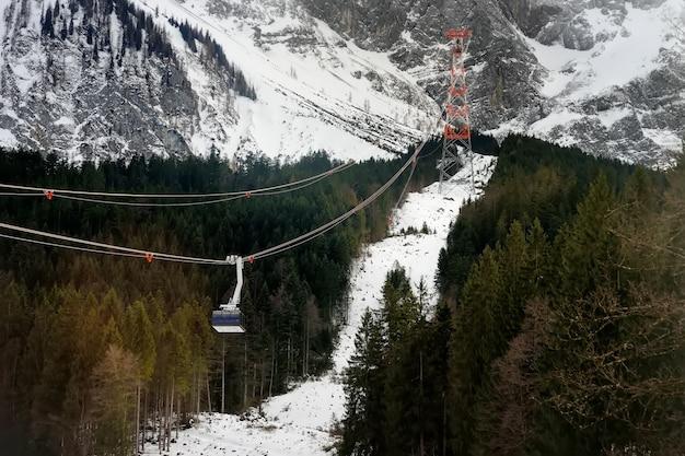 Teleférico al pico de la montaña en la montaña de los alpes