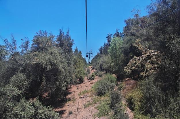 Teleférico en el cerro san cristóbal, santiago, chile.