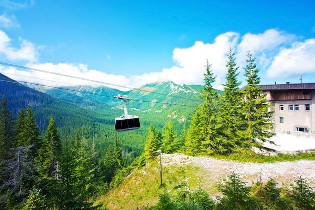 Teleférico de góndola en las montañas.