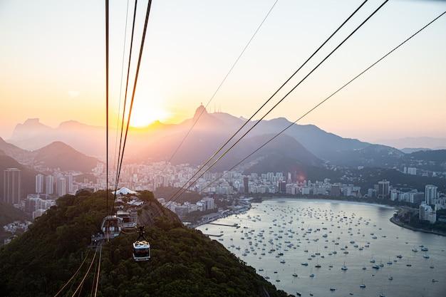 Teleférico en la montaña pan de azúcar, vista del paisaje urbano de río y el teleférico de pan de azúcar.