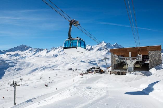 Teleférico con teleférico en zona de montaña