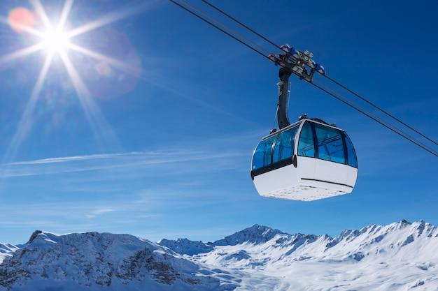 Teleférico en una zona de montaña, francia.